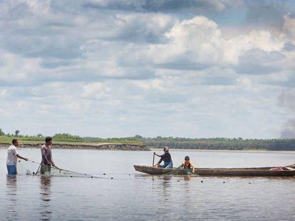 Indígenas kukamas pescan en el río Marañón, en la región de Loreto (Perú).