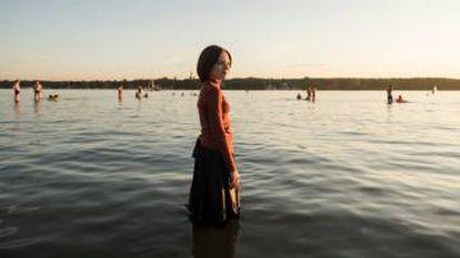 Esther Shapiro, en las aguas del lago Wannsee, en Berlín. Está a punto de renunciar a su comunidad.