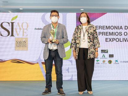 El periodista Ginés Donaire y la viceconsejera de Agricultura, Ana Corredera, en la entrega del Premio de Comunicación de Expoliva.