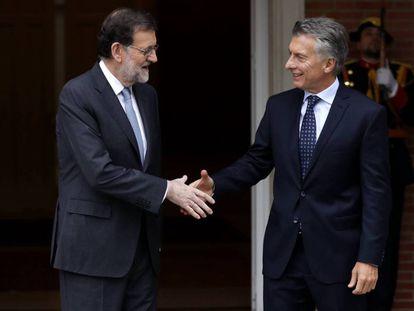 Los presidentes Mariano Rajoy y Maricio Macri se saludan en el Palacio de la Moncloa, en febrero de 2017.