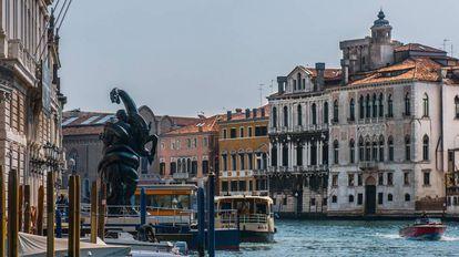 Escultura de Damien Hirst delante del palacio Grassi en Venecia (Italia).