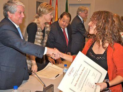 Arturo Fernández (primer plano) y Alfonso Tezanos (centro) entregan diplomas de cursos de la Cámara de Comercio.