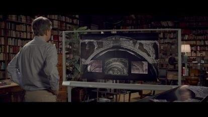 Juan Naya, en el documental, contemplando fotografías de los arcos de la sala capitular de Sijena.