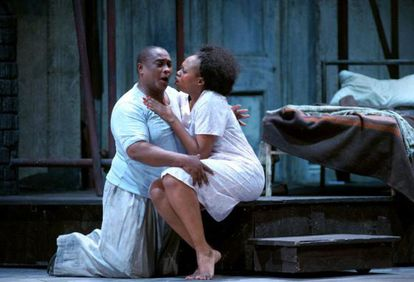 Porgy (Xolela Sixaba) y Bess (Nonhlanhla Yende) en la ópera 'Porgy and Bess'.