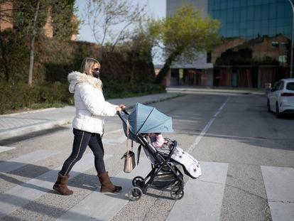 Mercedes Trujillo, licenciada en Magisterio, lleva a la niña a la que cuida a la escuela infantil en el distrito de Aravaca (Madrid).