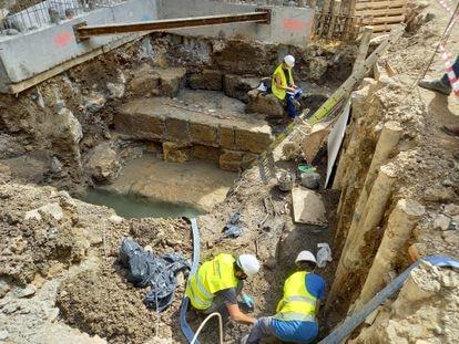 Imagen del proceso de excavación del enterramiento islámico, que puede verse junto a los dos obreros.