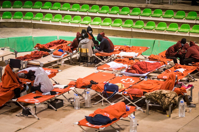 Un grupo de inmigrantes, el pasado miércoles, en el terrero lucha canaria del municipio de El Pinar, en El Hierro.