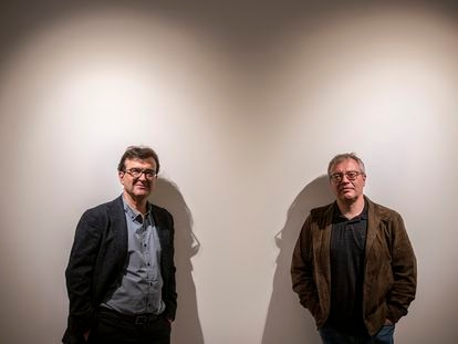 Javier Cercas (izquierda) y Daniel Monzón, el martes en Madrid.