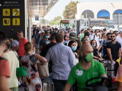 Turistas en el aeropuerto de Ibiza el 12 de agosto.
