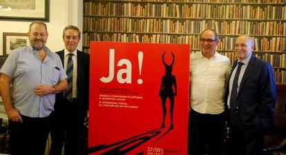 Juan Bas, a la izquierda, con el cartel de la novema edición.
