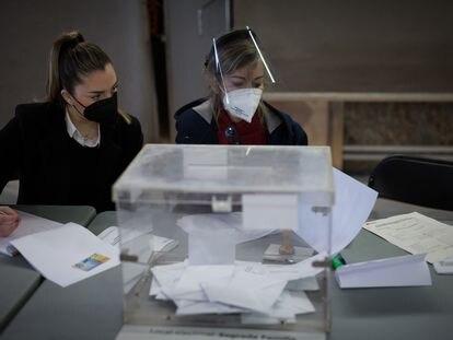 Una mesa del colegio electoral del mercado de la Sagrada Familia el 14 de febrero.