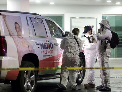 Peritos forenses recaban información de la camioneta atacada del candidato a la presidencia municipal de Morelia (Michoacán).