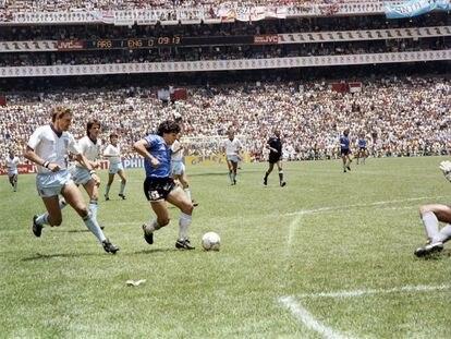 Maradona encara al portero inglés Shilton en el célebre gol en cuartos de final del Mundial de México 86.