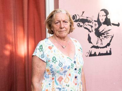 Dolores Sáenz (68 años), junto con el graffiti de una Gioconda con bazuca, en el patio de su vivienda de la Colonia Fomento de la Propiedad.