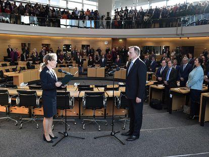 El nuevo primer ministro de Turingia, Bodo Ramelow, jura el cargo este martes en el Parlamento regional.