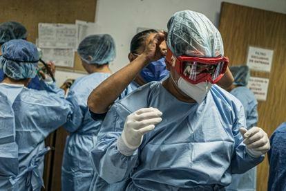 El personal médico se prepara para ingresar al área de cuidados intensivos para pacientes con covid-19 en el Hospital Juárez de la Ciudad de México, en mayo de 2020.