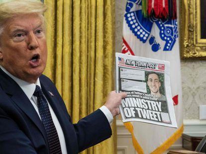 El presidente Donald Trump muestra en el Despacho Oval la portada del New York Post, donde aparece un empleado de Twitter. Trump se queja por el trato recibido por la compañía.