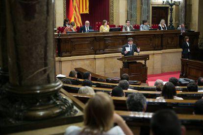El presidente de la Generalitat, Carles Puigdemont, en la tribuna del Parlament durante el pleno.