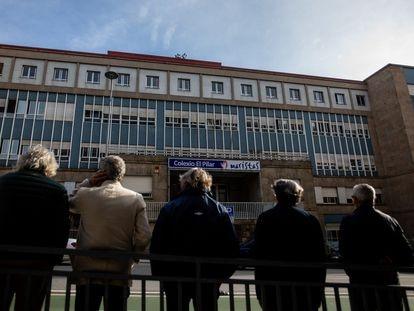 Cinco de los exalumnos del colegio El Pilar de los maristas en Vigo que denuncian abusos sexuales en los años 60 posan delante del centro escolar.