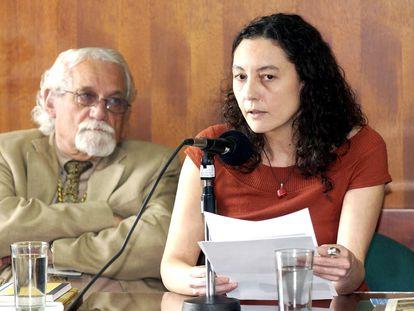 La poeta Guadalupe Grande junto al  poeta cubano Pablo Armando Fernandez en Colombia en 2007.