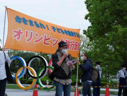Un grupo de personas participa en una protesta contra los Juegos Olímpicos de Tokio frente a la sede del Comité Olímpico de Japón en la capital nipona este martes