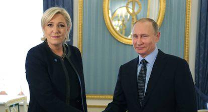El presidente ruso Vladimir Putin juntos con la candidata francesa al Elíseo Marine Le Pen.
