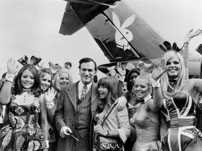 Hugh Hefner y sus 'conejitas', delante de su avión privado en 1971.