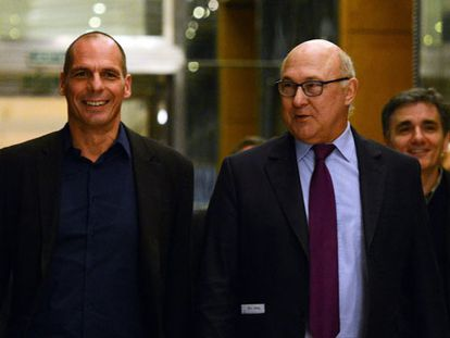 El ministro francés de Finanzas, Michel Sapin (derecha), junto a su homólogo en Grecia, Yanis Varoufakis, este domingo en París.