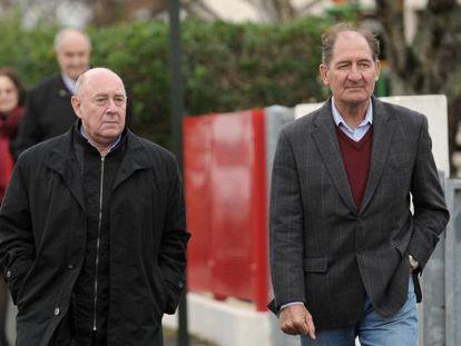 Currin (a la derecha) y el también miembro del Grupo Internacioanl de Contacto Alberto Spektorowski acuden a declarar el viernes a la comisaría de Bayona.