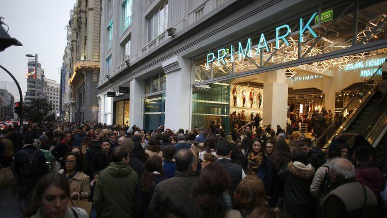 La entrada del centro Primark de la Gran Vía de Madrid colapsado de gente.