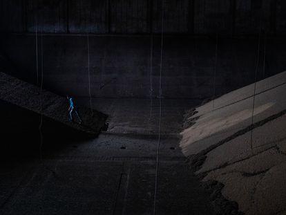 Un hombre abandona un silo de soja.