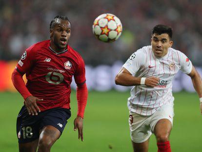 Renato y Acuña pugnan por el balón, este miércoles en el Pierre Mauroy.