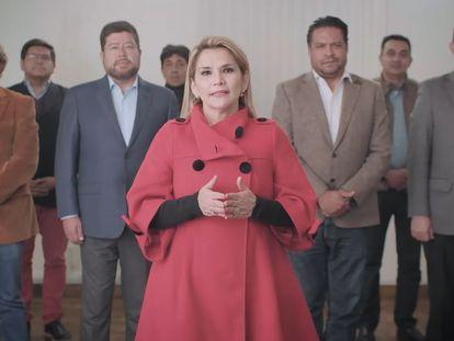 Jeanine Áñez anunció su renuncia acompañada de sus aliados políticos.