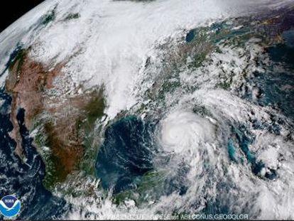 El fenómeno seguirá fortaleciéndose y las rachas de viento alcanzan los 193 kilómetros por hora