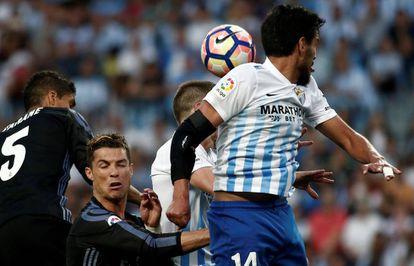 Recio salta ante Cristiano Ronaldo en el Málaga-Madrid del 21 de mayo de 2017 (0-2).