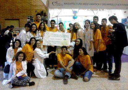 Los alumnos del Bécquer que han obtenido el primer premio de la Feria de las Ciencias de Sevilla.