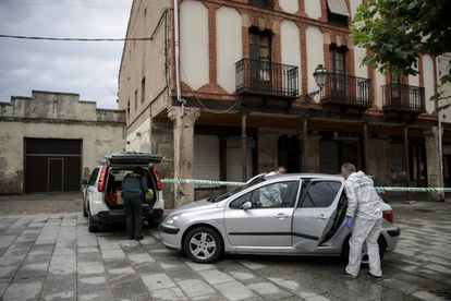 Agentes durante la investigación del asesinato de la mujer apuñalada y arrojada por una ventana en Salas de los Infantes (Burgos).