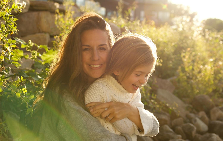 Una madre abraza a su hija.