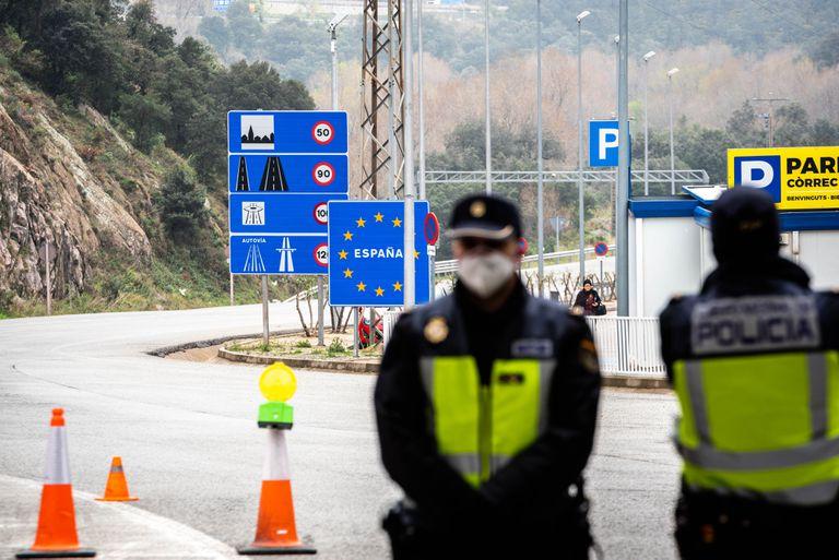Policías españoles en la frontera con Francia durante los controles por la emergencia a causa del coronavirus el pasado 17 de marzo.