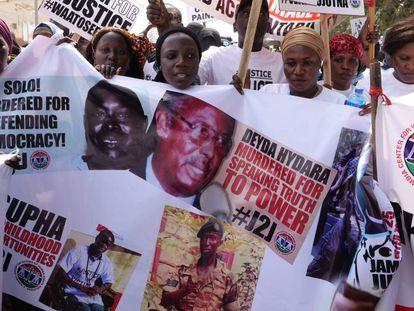 Manifestación de familiares de víctimas del dictador Yahya Jammeh, el sábado en Banjul.