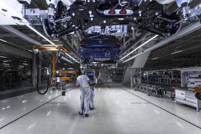 Proceso de la cadena de montaje de Volkswagen en Navarra.