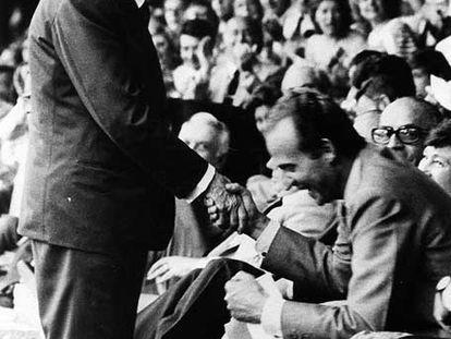 El presidente italiano, Sandro Pertini, saluda al rey Juan Carlos.