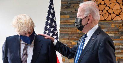 Johnson y Biden conversan durante su encuentro en Cornuelles (Reino Unido), el 21 de junio de 2021.