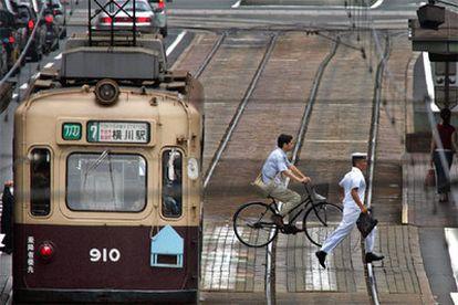 Tanto Hiroshima como Nagasaki cuentan con el tranvía como principal medio de transporte público. Los vagones fueron importados del extranjero en 1912. Tres días después del lanzamiento de la bomba sobre Hiroshima, el tranvía volvía a funcionar en la ciudad. El mismo día caía la segunda bomba sobre Nagasaki.