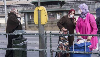 Varias mujeres con carros de compra en el mercado de Porta Palazo, en Turín (Italia).
