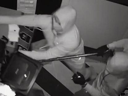 Dos de los cinco miembros de la banda, durante un asalto a una casa de apuestas.