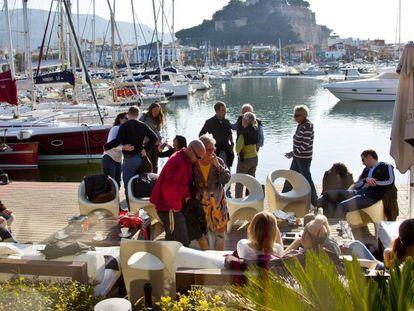 Turistas españoles toman un ágape en un bar de Denia.