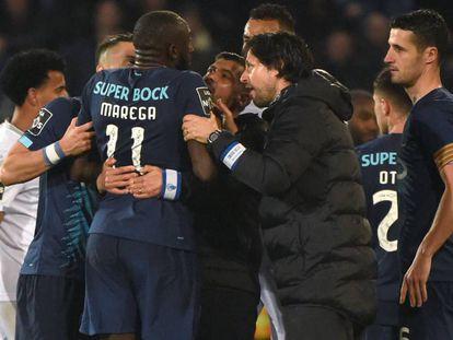 Marega es frenado por compañeros y su entrenador para impedirle que abandone el campo durante el Guimares-Porto.