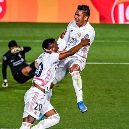 Vinicius celebra con Casemiro la victoria del Ral Madrid frente al Liverpool.