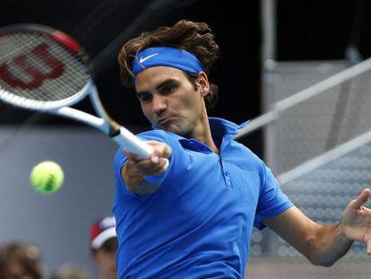 Federer golpea la bola durante la final ante Berdych.